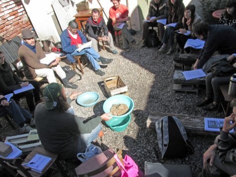 Armando suelos para el cultivo en macetas o cajones.