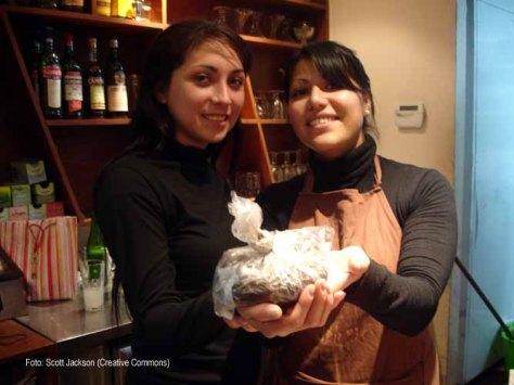 Las muchachas de la cafetería, contentas con su nuevo rol en un diseño de permacultura urbana.