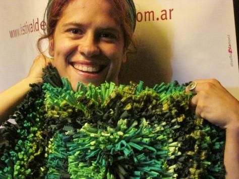 Taller de Artesanias y Reciclado: La profe Belén muestra un proyecto hermoso para hacer con totora: una mini alfombra lleno de colores y textura orgánica.