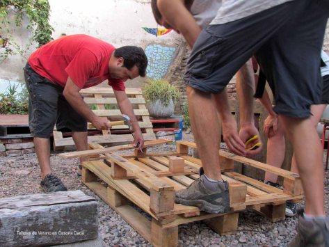 Taller de Construcción con Pallets: Aprendiendo como desarmar pallets con las herramientas apropiadas.