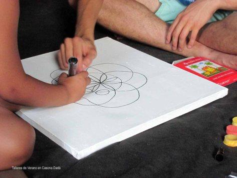 Taller de Mandala y Yoga para Niños: Antes de pintar, aprendemos a dibujar la forma del mandala.