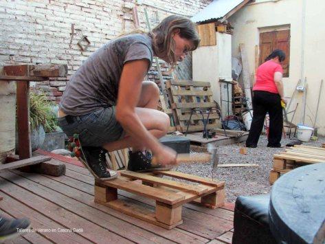 Taller de Construcción con Pallets: Nuestra amiga Clementina armando un asiento con pallet: un proyecto elegante y práctico.