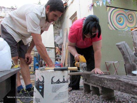 Taller de Construcción con Pallets: El profe Freddy ayuda con la caladora. Freddy es un profesional de construcción y carpintería.