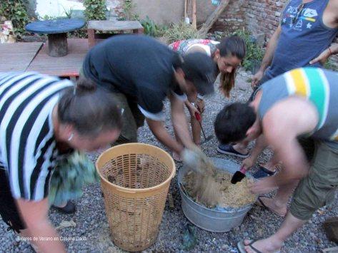 Tallerde Huerta Permacultora: Aprendemos a cerca del compostaje con materiales cotidianos para mejor el suelo del cultivo y generar ciclos de retroalimentación positiva entre la cocina y la huerta.