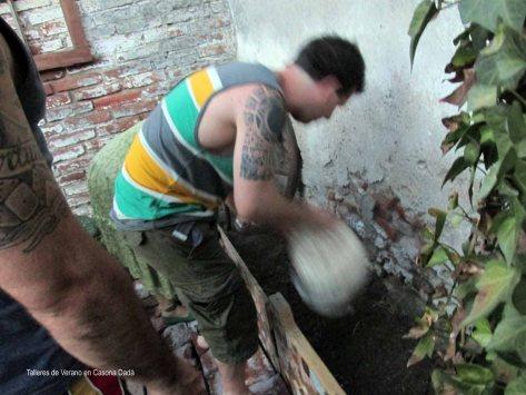 Taller de Huerta Permacultor - Agregamos compost maduro a un nuevo cantero de cultivo.