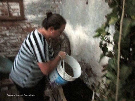 Taller de Huerta Permacultora: Ademas de  compost, agregamos mantillo cosechado sustentablemente de un bosque barrial.