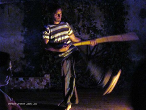 Yug Do - El profe Agustín demuestra uno de los movimientos. La práctica del Yug Do es una manera holística de hacer meditación en movimiento.