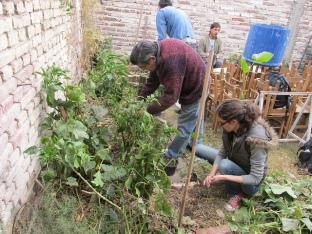 Estudiantes de la Permacultura Urbana colaborando con el diseño de una huerta comunitaria. Barrio San Vicente.