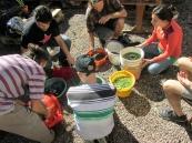 Trabajamos en grupo para armar las mezclas de barro.