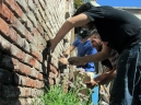 Arreglando una pared de ladrillos en el Taller de Eco-Construcción Urbana en Casona Dadá