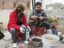 Norma y David colaboran con la producción de nuevas plantitas de aromáticas.