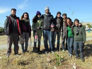 Los participantes del curso de certificación de diseño en Permacultura, con un Tala plantado en el Parque Sur San Vicete.
