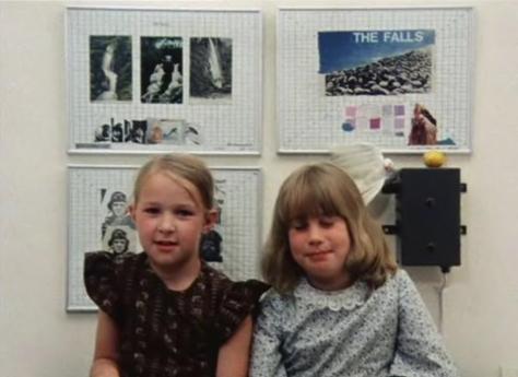 Hermanas participando en el Juego de los Nombres Aviarios.